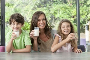 FAMILY-DRINKING-MOUNTAIN-MILK-UHT-DAIRY-SLVA
